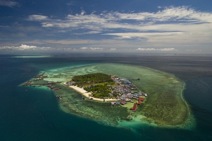 Đảo Mabul ngoài khơi bờ biển phía Đông Nam Sabah (Malaysia) vốn là làng chài từ những năm 1970, sau này mới được dân lặn khám phá, khai thác du lịch nghỉ dưỡng rồi trở thành nơi lý tưởng để thỏa mãn niềm đam mê lặn biển. Nhìn từ trên cao, hòn đỏ nhỏ chỉ có vài trăm mái nhà, hơn 2.000 dân sinh sống và chủ yếu là những người sống du mục.