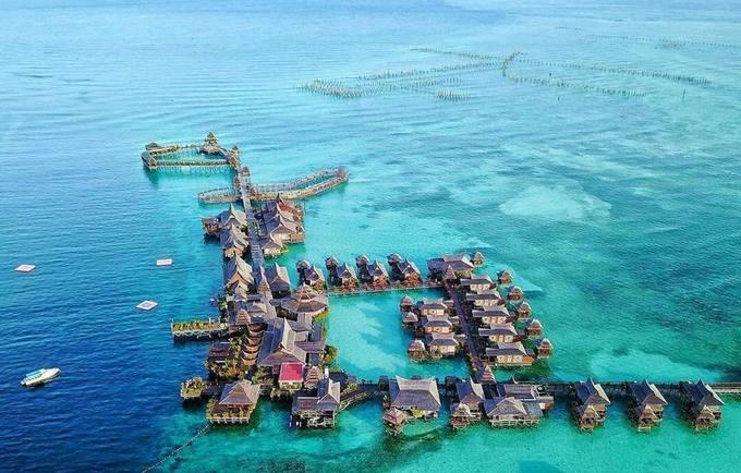 """Người ta còn gọi Mabul là """"Maldives của Malaysia"""" bởi các resort nổi trên biển và một trong những điểm được yêu thích là Mabul Water Bungalow - nơi trăng mật khó có thể chê dành cho các đôi uyên ương với nhiều nhánh nhà nối với nhau bằng cầu gỗ."""
