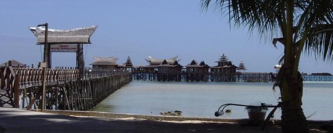 Khu nghỉ dưỡng gồm nhiều bungalow dựng trên hệ thống cọc gỗ chắc chắn như nhà sàn, trang trí trang nhã theo tông màu gỗ nâu, gần gũi với thiên nhiên, nối liền đảo dừa gần đó bằng chiếc cầu gỗ. Tuy nhiên hầu hết du khách đều đến nơi này bằng cano.