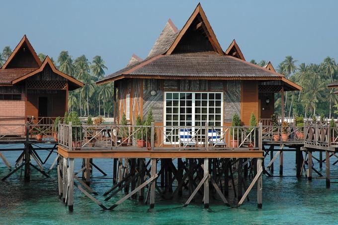 Thiết kế phần mái nhọn theo kiến trúc chùa tháp đặc trưng, khu nghỉ mát này xây dựng ngay bên trên các rạn san hô tạo điều kiện cho du khách có thể lặn ngay tại chỗ nghỉ ngơi của mình. Dĩ nhiên các cọc được dựng khéo léo để không ảnh hưởng đến hệ sinh thái biển.