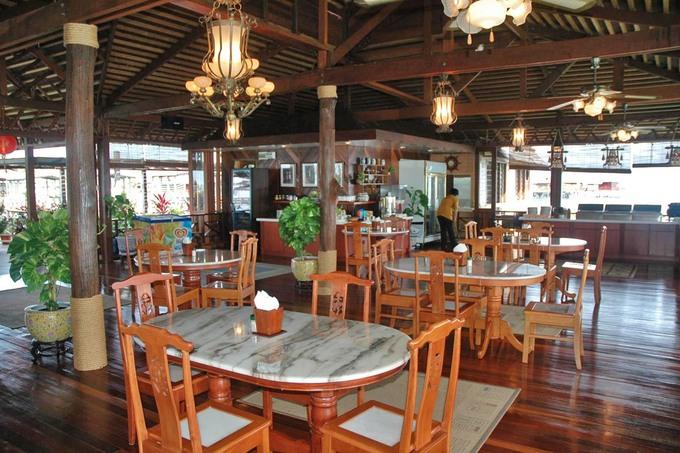 Khách đi dạo mệt có thể đến khu nhà hàng nằm ở gian chính nghỉ chân. Tại đây phục vụ buffet ba bữa trong ngày đồng thời miễn phí trà, cà phê, đồ ăn nhẹ... vào buổi chiều.