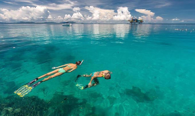Dịch vụ du lịch ở Mabul chưa phát triển mạnh và cũng không có quá nhiều du khách mỗi ngày. Vì thế bạn hoàn toàn có không gian riêng tư khi nghỉ mát cùng người thân. Bên cạnh đó, làn nước trong veo, xanh màu ngọc bích, hệ động - thực vật biển đa dạng, phong phú biến nơi đây là điểm lặn khó có thể chê được.