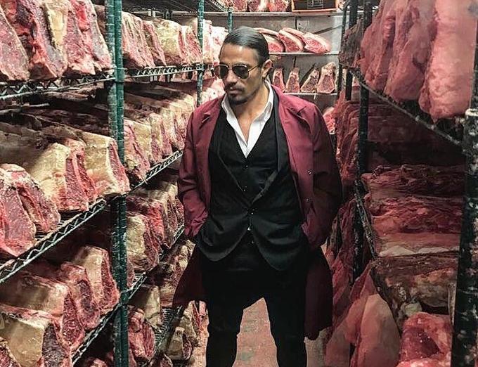 Thế mạnh của ông là món ăn khác nhau được làm từ thịt bò và thịt cừu. Kho trữ thịt trong các nhà hàng của Salt bae đủ loại từ bò Australia, Mỹ cho đến bò Kobe đắt tiền...