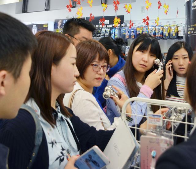 Du khách Trung Quốc mua sắm tại Nhật Bản - Ảnh: Japan Times