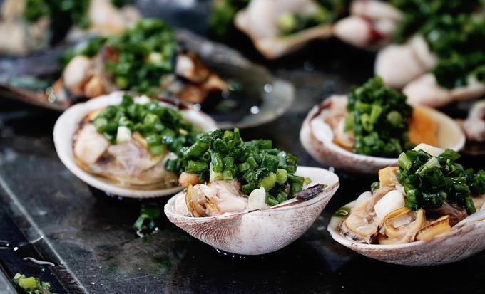 """Nhiều du khách gọi đây là """"thiên đường"""" dành cho những ai yêu thích các món hải sản. Bạn có thể lựa chọn ốc, cá, mực, cua biển, ghẹ, bạch tuộc, tôm tít… Giá dao động từ vài chục đến hàng trăm nghìn."""