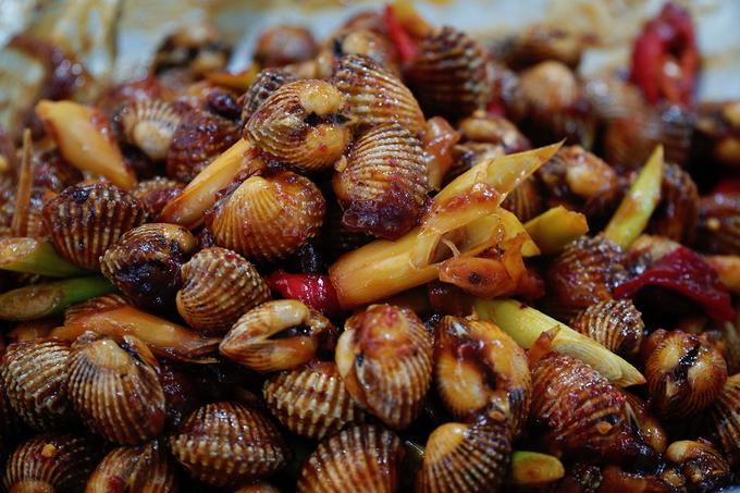 Người thích hải sản sẽ không thể bỏ qua món ghẹ hoặc tôm tít. Giá một kg ghẹ dao động trong khoảng 400.000 - 500.000 đồng. Còn tôm tít thì tuỳ mùa, trung bình giá khoảng 600.000 đồng một kg.