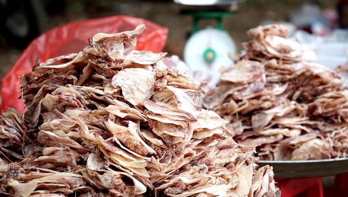 Bên cạnh việc thưởng thức tại chỗ, du khách có nhu cầu mua về làm quà có thể chọn những mặt hàng khô như cá khô, mực khô.