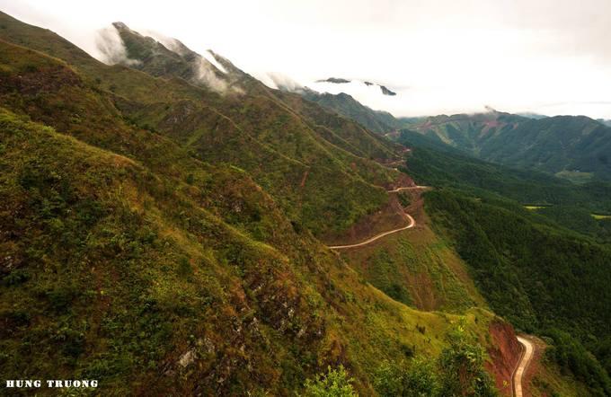 """Đường lên cột mốc 1305 thuộc địa phận huyện Bình Liêu, Quảng Ninh nổi tiếng hiểm trở và được mệnh danh là một trong những """"sống lưng khủng long"""" khó chinh phục nhất miền Bắc."""
