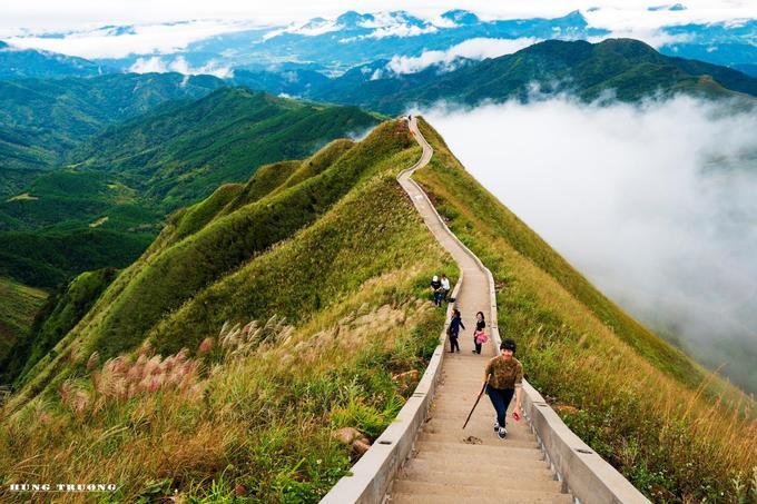 Sau khi trở thành điểm đến nổi tiếng, con đường trekking đến cột mốc 1305 tại Bình Liêu đã được xây dựng thêm một đường thang bộ dài khoảng 1,8 km với 2.000 bậc thang.