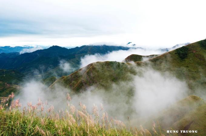 """Đây được ví như """"Vạn Lý Trường Thành"""" phiên bản Việt vì nó nằm ngay trên cung đường tuần tra biên giới phân chia hai nước Việt Nam - Trung Quốc. Đứng từ đỉnh cột mốc, du khách có thể cảm nhận được hết khung cảnh thiên nhiên hoang sơ với những đỉnh núi hùng vĩ ẩn hiện trong mây mờ."""