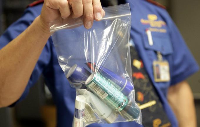Chất lỏng mang lên máy bay phải có dung dích nhỏ hơn 100 ml mỗi chai và dưới một lít tổng cộng.