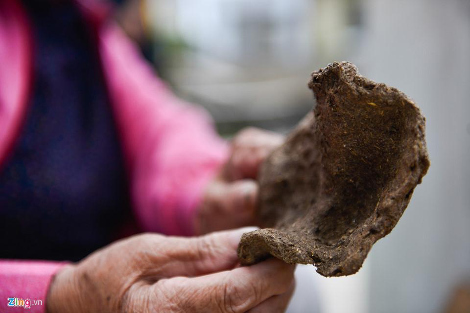 Người dân ở đây vẫn sử dụng phân bò làm chất đốt sau khi đã xử lý sạch sẽ.