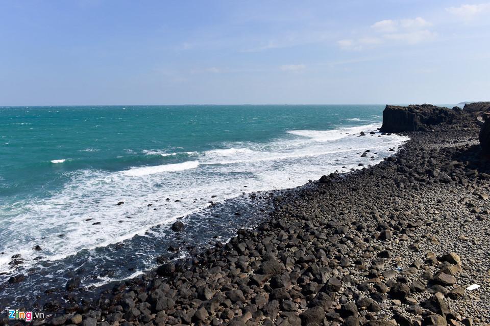 Đường bờ biển Bành Hồ có đặc điểm quanh co. Ngoài việc tạo ra các mũi đất và vịnh biển, các thềm bị nước biển bào mòn nơi đây còn tạo thành các vách đá và hang động.