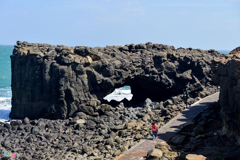 Chính sự bào mòn đó đã tạo nên hình ảnh tựa con cá voi trên một mũi đất bazan. Vì vậy, nơi đây đã được đặt tên là hang cá voi.