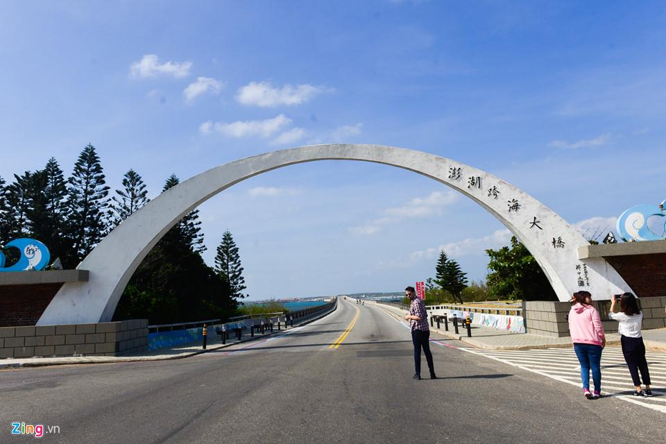 Một địa điểm khác bạn sẽ ghé thăm trên đường qua các đảo chính là cây cầu Trans Ocean, nối giữa 2 huyện đảo Tây Tự (Siyu), thuộc đảo Bành Hồ, và Bạch Sa (Baisha), thuộc đảo Hải Nam. Cây cầu được bắt đầu xây dựng vào năm 1965 và hoàn thành vào năm 1970. Sau nhiều lần tu sửa, cây cầu dài 2.494 m và rộng 13 m.
