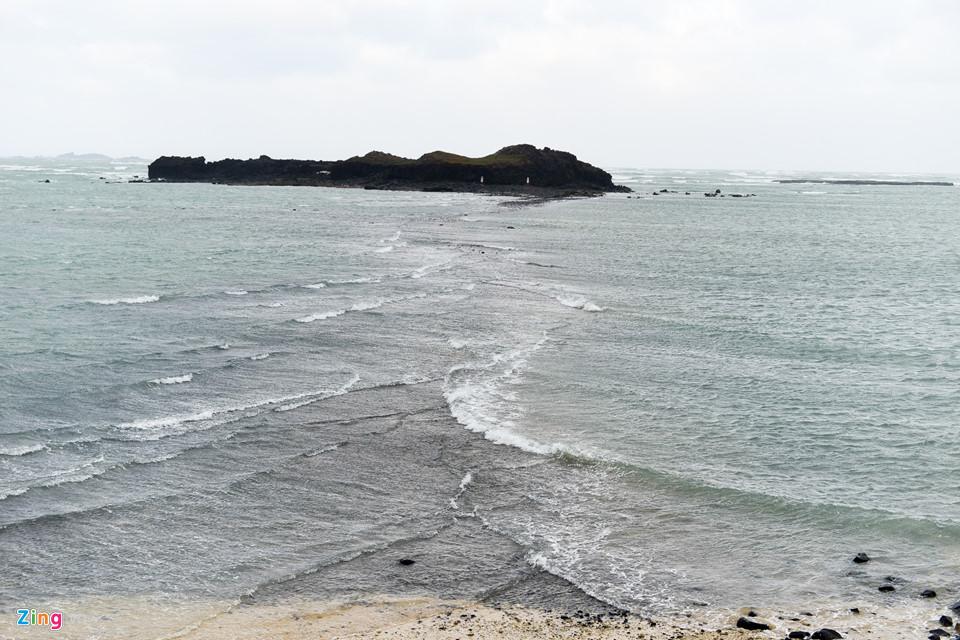 Khi thủy triều xuống, một lối đi khoảng 300 m được hình thành bởi đá bazan sẽ hiện ra từ vùng bãi triều giữa công viên địa chất Khuê Bích Sơn (Kubishan) và Tây Tự. Nếu thời tiết cho phép, bạn nên mạo hiểm đến Tây Tự và trải nghiệm một lần trong đời để đi bộ trên biển.