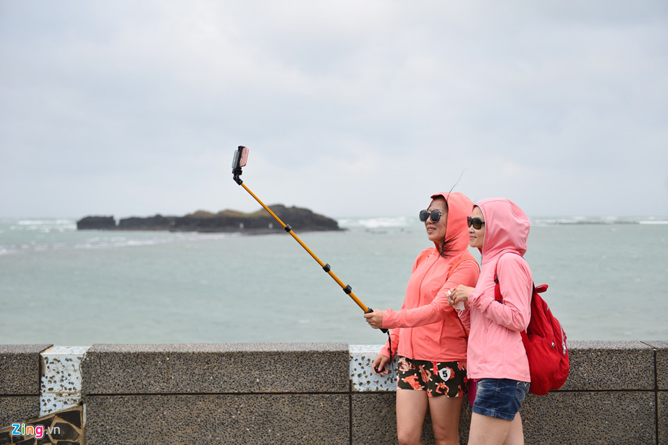 Khi đến đây, bạn nhớ mang theo áo khoác vì thời tiết khá lạnh do gió biển thổi mạnh trong khi các nơi khác trên đảo đang có nắng ấm.