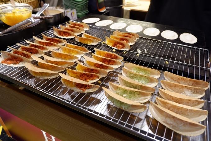 Bánh crepe kiểu Thái nóng hổi, lớp vỏ thơm gồm 5 vị nhân cho bạn lựa chọn là một trong những món ăn vặt khá được ưa thích ở đây.