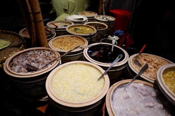 Đủ loại chè truyền thống như chè bắp, khoai môn, đậu ván... mời gọi thực khách mê ẩm thực Việt. Vị chè không quá ngọt, nếu sợ ngán thì bạn có thể ăn chung với đá cho mát.