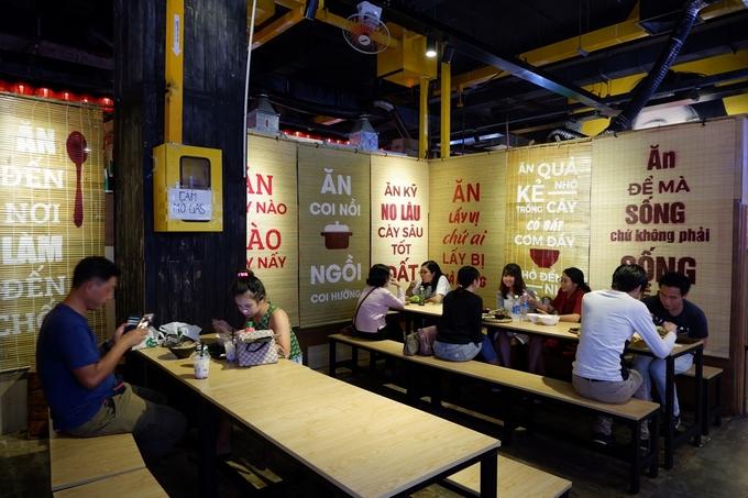 Để hút du khách thì chỗ ngồi ăn chia làm nhiều khu, trang trí theo chủ đề khác nhau cho các tín đồ sống ảo thoải mái chụp ảnh check-in. Khu này khá sạch sẽ, luôn có người dọn dẹp và máy lạnh mát mẻ nên bạn có thể thoải mái ăn uống giữa tiết trời Sài Gòn nóng nực.