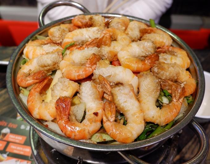 Lẩu tôm là món chính thích hợp dành cho nhóm bạn hoặc gia đình. Nước lẩu chua ngọt đậm đà nấu chung với các loại rau như đậu bắp, bạc hà... giúp thực khách không thấy ngán.