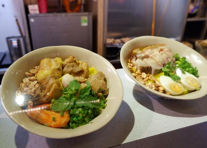Mỳ Quảng thập cẩm, tôm, gà... dành cho những ai yêu thích ẩm thực miền Trung.