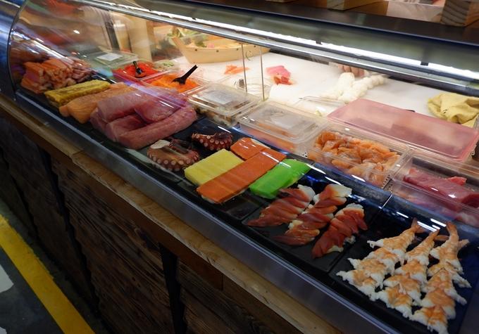 Bên cạnh các món Việt, vài món ngoại như đồ Nhật, Ấn Độ, Thái Lan cũng khá hút khách. Tủ trưng bày sushi, sashimi bắt mắt dù vị vẫn kém khi so với ăn tại các nhà hàng.