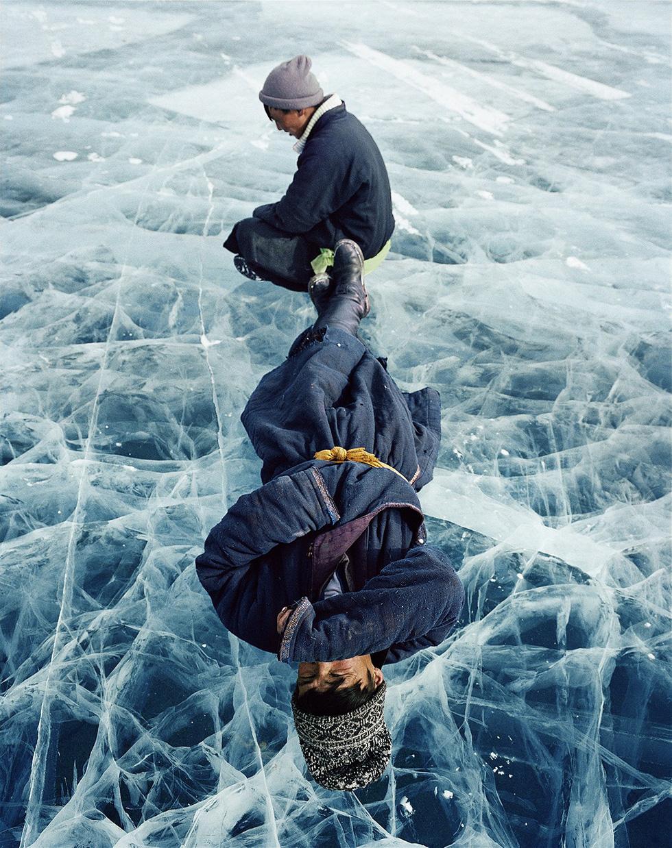 """Trong lúc lái xe qua hồ băng Khövsgöl ở vùng cực bắc Mông Cổ, Lagrange gặp hai người đàn ông say rượu nằm trên bề mặt băng. """"Họ không nói một lời nào với chúng tôi. Không biết họ nằm đó chờ đợi điều gì"""", anh viết."""