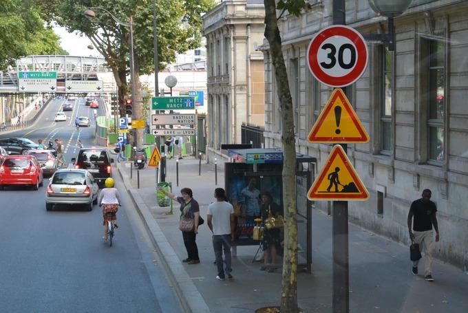 """Thành phố từng chỉ có một biển báo """"Dừng lại"""", đặt ở lối ra của công ty bất động sản tại quận 16. Hệ thống giao thông Paris chủ yếu dựa vào việc nhường đường cho người bên phải. Tuy nhiên, tấm biển báo trên thường xuyên bị đánh cắp. Ảnh: Local."""
