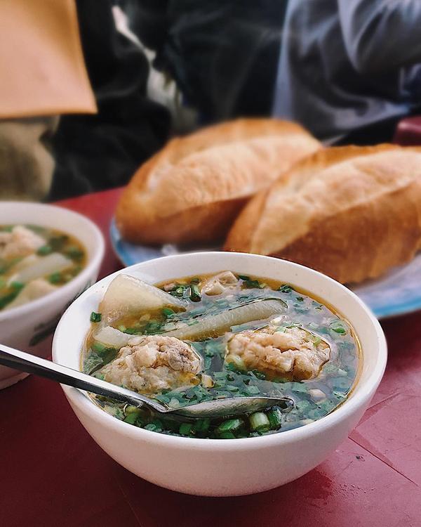 """Bánh mì xíu mại chén Đây có lẽ là món ăn """"thương hiệu"""" của ẩm thực Đà Lạt mà du khách không nên bỏ qua. Những viên xíu mại thơm ngọt nằm trọn trong chén nước chấm nóng. Chấm miếng bánh mì giòn vào đây rồi chậm rãi đưa vào miệng, bạn sẽ cảm nhận được hương vị thơm ngon của món ăn. Để hương vị trọn vẹn hơn, bạn có thể xin thêm miếng da heo hoặc cho thêm xíu ớt cay vào chén nước chấm. Suất ăn thường bán theo kiểu: 4.000 đồng một viên xíu mại, 2.000 đồng một ổ bánh mì, ăn bao nhiêu thì tình tiến bấy nhiêu. Một số địa chỉ bạn có thể tham khảo như quán chị Thuý ở ấp Ánh Sáng, góc hàng nhỏ ở ngã ba đường Bùi Thị Xuân và Thông Thiên Học. Bạn lang thang quanh khu Hoà Bình cũng sẽ tìm thấy món này."""