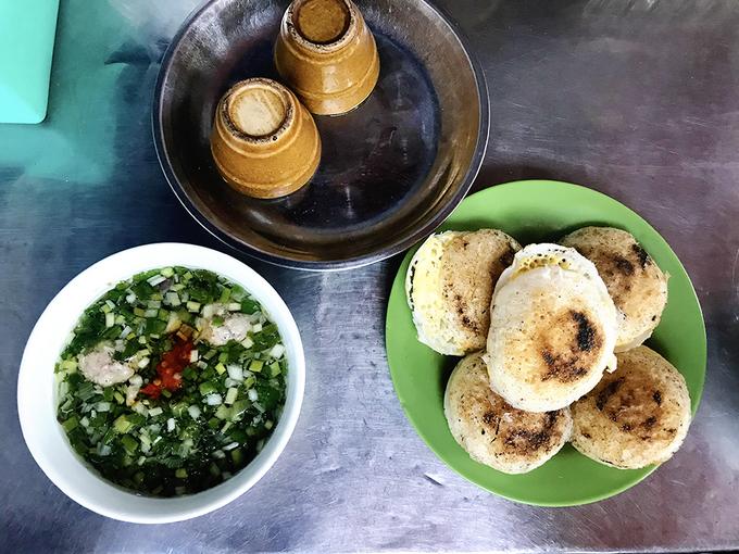Bánh căn  Bánh căn là món ăn phổ biến cho bữa sáng ở Đà Lạt. Du khách có thể tìm thấy món này ở nhiều nơi tại thành phố, một số địa chỉ nổi tiếng như quán bánh căn gốc bơ ở Tăng Bạt Hổ hay quán nhỏ trong ấp Ánh Sáng.  Những chiếc bánh được nướng vàng xém, thơm nức mùi trứng, ăn kèm với chén nước chấm là nước mắm pha hoặc mắm nêm. Một số quán còn cho thêm xíu mại viên vào chén nước này để hương vị ngon hơn. Mỗi suất ăn thường được bán theo cặp với giá khoảng 20.000 đồng một đĩa 5 cặp.