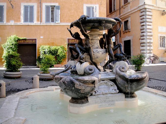 Quảng trường Madonna dei Monti  Là tụ điểm giao lưu của quận Monti, quảng trường Madonna dei Monti không quá lớn. Tuy nhiên, đây lại là nơi vui chơi quen thuộc của giới trẻ Rome. Du khách có thể mua một chai bia, ngồi trong một quán bar vỉa hè và tận hưởng không khí sôi động về đêm cùng với người dân.