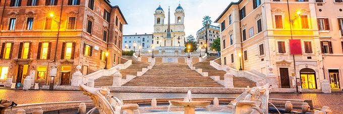 """Quảng trường Spagna  Nơi đây là trung tâm của tầng lớp thượng lưu ở Rome. Quảng trường có khu Spanish Steps (bậc thang Tây Ban Nha) nổi bật với nhiều gian hàng thiết kế thời trang bao quanh.  Du khách nên tới đây vào sáng sớm để tận hưởng không gian riêng hoặc hòa chung không khí nhộn nhịp vào hoàng hôn khi cả quảng trường tràn ngập trong vệt nắng cuối ngày. Đây được xem là khoảng thời gian lãng mạn nhất của """"thành phố vĩnh hằng""""."""