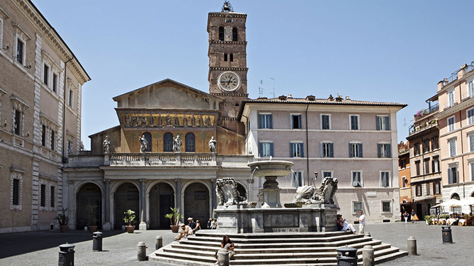 Quảng trường Santa Maria  Không gian này nằm ở trung tâm phố Trastevere, phía Nam dòng sông Tiber. Ban ngày, du khách tới quảng trường có thể chiêm ngưỡng nhà thờ cùng tên gần đó. Đến đêm, nơi đây trở nên nhộn nhịp với nhiều hoạt động của người dân địa phương, các tiết mục biểu diễn đường phố.