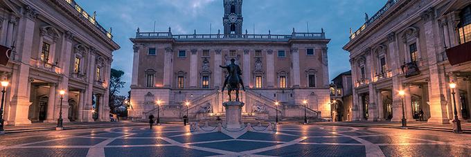 Quảng trường Campidoglio  Công trình do Michelangelo đã thiết kế. Cạnh đó là bảo tàng Capitoline trưng bày nhiều cổ vật quan trọng của Rome và tòa thị chính. Du khách sẽ băng qua một cầu thang rộng lớn để lên quảng trường. Ở ban công phía sau quảng trường, du khách có thể ngắm nhìn toàn cảnh công trường Roma và Đấu trường La Mã.