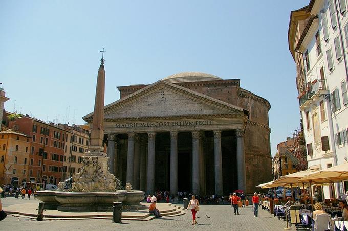 Quảng trường Rotonda  Khi tới quảng trường Rotonda, du khách sẽ choáng ngợp trước sự hùng vĩ của đền Pantheon, ngôi đền có niên đại từ thế kỷ thứ 2 được bảo tồn tốt nhất ở Rome. Hiện ngôi đền này được sử dụng làm nhà thờ. Quảng trường, với đài phun nước cùng những quán cà phê vui nhộn đã kéo du khách tới đây chiêm ngưỡng kỳ quan của người cổ xưa.