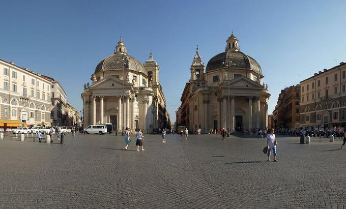 Quảng trường Popolo  Một trong những quảng trường lớn nhất ở Rome là Popolo với thiết kế hình tròn. Trung tâm quảng trường là đài tưởng niệm Ai Cập hùng vĩ. Nơi đây thường được sử dụng làm sân khấu biểu diễn hòa nhạc, sự kiện đêm hè. Những bậc thang ở rìa quảng trường sẽ đưa bạn tới sân thượng Pincio, nơi du khách có thể chiêm ngưỡng toàn bộ khung cảnh trong thành phố.