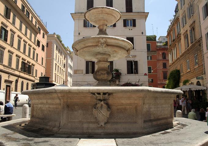 Quảng trường Mattei  Đây là một quảng trường nhỏ, yên tĩnh nằm trong khu người Do Thái. Nơi đây mang không khí thanh bình, yên tĩnh vào bất kể thời điểm nào trong ngày. Mattei nổi tiếng với dòng nước nhẹ nhàng từ Fontana delle Tartarughe (Đài phun nước Rùa) do kiến trúc sư Giacomo della Porta thiết kế vào thế kỷ 16.