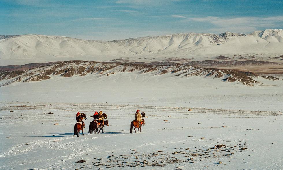Lagrange còn được trải nghiệm cùng những thợ săn huấn luyện đại bàng ở làng Altai.