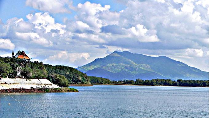 Hồ T'Nưng  Cách Biển Hồ Chè chừng 2 km, hồ T'Nưng còn được gọi là Biển Hồ, là cái tên quen thuộc của người dân Gia Lai. Đây là một hồ nước ngọt nằm ở phía tây bắc thành phố Pleiku, cách trung tâm khoảng 7 km theo quốc lộ 14. Hồ này nằm trên cao nguyên địa hình bằng phẳng, có độ cao khoảng 800 m so với mực nước biển. Ảnh: Huynh Hoang Huy.
