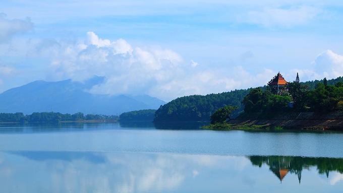 Hồ T'Nưng là nơi ẩn náu của các loài chim như: bói cá, cuốc đen... Chim kơ túc, kơ vông. Đến đây, bạn sẽ có dịp thăm thú và khám phá mặt hồ rộng lớn được bao phủ bởi những rừng thông xanh. Bạn đừng quên ghé một ngọn tháp để quan sát hồ từ trên cao.  Ngoài ra, ở hồ cũng có dịch vụ cho ngồi thuyền khám phá. Ảnh: @tam.balo.