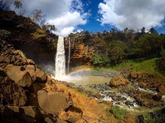 Thác Phú Cường  Thuộc địa phận xã Dun, huyện Chư Sê, thác Phú Cường mang đến cho du khách vẻ đẹp hoang sơ nhưng đầy mê hoặc. Từ xa bạn sẽ được chiêm ngưỡng dòng thác chảy hùng vĩ như một dải lụa khổng lồ vắt ngang núi rừng Tây Nguyên. Thác cách thị trấn Chư Sê khoảng 3 km và cách Pleiku khoảng 45 km về phía đông nam. Khi đã đến thác, bạn sẽ mua vé vào cổng với giá 15.000 đồng. Có hai con đường nhỏ dẫn vào thác, một bên là vào nơi có thể trực tiếp nhìn thác, đường còn lại dẫn xuống cây cầu bắc ngang dòng suối La Peet, đây là thượng nguồn cung cấp dòng nước cho thác. Ảnh: @deeda_ellen.