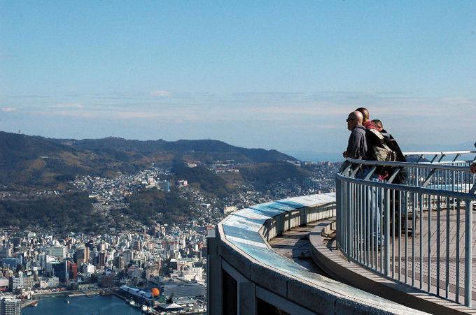 Du khách có thể lên đài quan sát ở đỉnh núi để ngắm cảnh, đi cáp treo hoặc tham quan sở thú và công viên Inasayama ngay trong khu vực núi. Ảnh: Hellotravel.