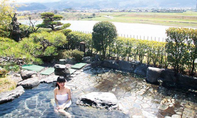 """Làng Harazuru Là một trong những ngôi làng lớn và nổi tiếng với """"đặc sản"""" suối nước nóng nằm ở tỉnh Fukuoka, Harazuru thu hút tới 800.000 khách du lịch trong và ngoài nước mỗi năm. Đặc biệt các du khách nữ rất thích tắm suối nước nóng ở đây, bởi nước nơi này không chỉ giàu chất khoáng, tinh khiết mà còn làm chậm quá trình lão hóa, giúp da luôn mịn màng. Ảnh: Asakura-minpaku. Làng Harazuru Là một trong những ngôi làng lớn và nổi tiếng với """"đặc sản"""" suối nước nóng nằm ở tỉnh Fukuoka, Harazuru thu hút tới 800.000 khách du lịch trong và ngoài nước mỗi năm. Đặc biệt các du khách nữ rất thích tắm suối nước nóng ở đây, bởi nước nơi này không chỉ giàu chất khoáng, tinh khiết mà còn làm chậm quá trình lão hóa, giúp da luôn mịn màng. Ảnh: Asakura-minpaku."""