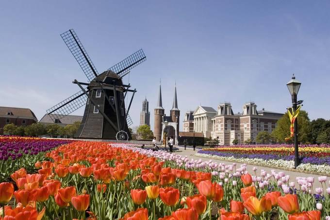 Ngoài các nhà hàng phục vụ đồ ăn Âu Á, du khách được tận hưởng không gian thanh bình của các tour đi thuyền, những vườn hoa tulip rộng bạt ngàn hay cuộc thi pháo hoa nhộn nhịp vào hè. Ảnh: Asia.neiki. Ngoài các nhà hàng phục vụ đồ ăn Âu Á, du khách được tận hưởng không gian thanh bình của các tour đi thuyền, những vườn hoa tulip rộng bạt ngàn hay cuộc thi pháo hoa nhộn nhịp vào hè. Ảnh: Asia.neiki.