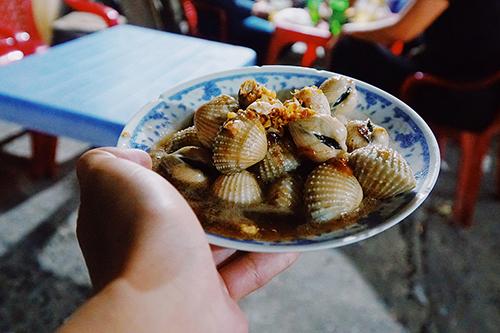 Ốc Dù không phải là thành phố biển, món ốc ở Sài Gòn rất phong phú về thể loại cũng như đa dạng về cách chế biến, từ luộc, xào với tỏi, me, dừa, hay rau muống, cho đến hấp kiểu Thái, rang muối ớt... Tùy cách nêm nếm mà mỗi nơi sẽ mang một vị riêng, như béo ngậy nước cốt dừa, thơm phức mùi sả hoặc nấu hơi mặn, cay xé lưỡi theo gu của khách. Tuy vậy, nếu có thể vừa ngồi ngắm đường phố Sài Gòn náo nhiệt, cạnh bên là vài món ốc với đủ cách chế biến thì không còn gì bằng. Bạn có thể tìm đến đường Vĩnh Khánh (quận 4) nơi có nhiều quán ốc bán buổi tối, hoặc đường Phạm Văn Đồng hay quán lề đường An Dương Vương (quận 5).