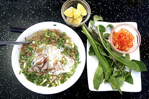 Phở Muslim Quán phở khác lạ này nằm trên đường Nguyễn An Ninh, gần chợ Bến Thành. Sợi phở ở quán mỏng và dài, không quá to. Nước dùng trong vắt, có vị ngọt. Thịt bò chần vừa chín tới. Khách thích ăn tái có thể yêu cầu. Bạn cũng có thể yêu cầu phở gà để thay đổi vị. Giá mỗi suất ăn là 55.000 đồng. Địa chỉ này mở cửa từ 6h sáng đến khoảng 23h.