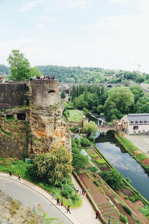 Ban công đẹp nhất ở châu Âu  Ban công này còn được gọi là Corniche, thuộc thành phố Luxembourg. Đây là địa điểm thu hút rất nhiều khách du lịch, bởi lẽ khi đứng từ phía trên của ban công, du khách sẽ có tầm nhìn tuyệt vời ra khu phố cổ của thành phố. Thực tế, đây không phải là một ban công, nhưng lại đóng vai trò tương tự một ban công của ngôi nhà. Đây được lựa chọn là điểm đến lý tưởng cho những ai đã đặt chân đến thành phố Luxembourg. Ảnh: Handluggageonly.