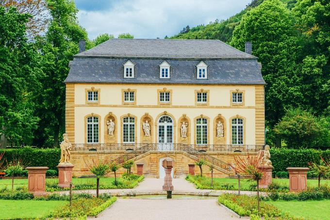Du lịch đến ngoại vi thành phố Rất nhiều khách du lịch khi đến Luxembourg, chỉ khám phá nội thành Luxembourg mà quên đi nơi có vẻ đẹp tự nhiên hấp dẫn ở ngoại ô. Vì vậy, hãy dành cho mình một hai ngày đến tham quan vẻ đẹp đồng quê này để chuyến đi du lịch Luxembourg trở nên hoàn hảo. Ảnh: TrekEarth.