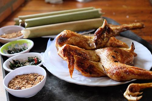 Gà nướng và cơm lam  Cơm lam gà nướng là một trong những món ăn mà bạn không thể bỏ qua. Cơm được nấu trong những ống tre, có mùi thơm của gạo quyện lẫn mùi ngai ngái của tre nứa mang lại hương vị đặc trưng của núi rừng Tây Nguyên.  Những con gà được thả vườn nên có thịt dai, chắc. Gà được ướp cùng với muối, ớt, sả và một chút mật ong rồi kẹp vào thanh tre, đem nướng trên bếp lửa hồng. Người làm phải khéo léo quay gà đều để không bị cháy. Gà chín có một màu vàng ruộm, mỡ màng. Ảnh: Mr True.